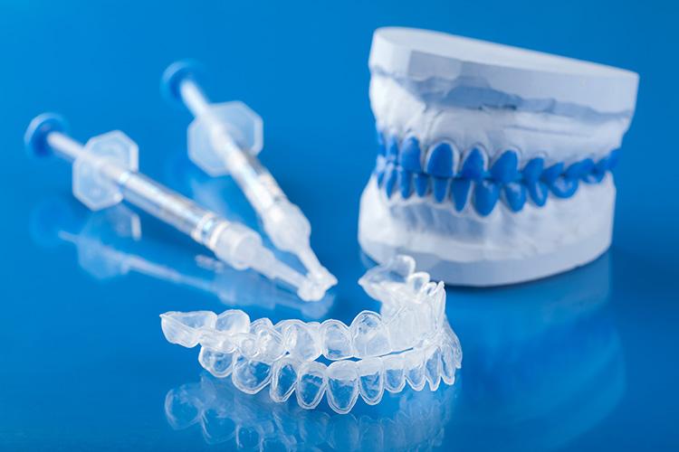 Blanqueamiento dental con luz fría en clínica dental en Algemesi, Alzira, Sueca y Cullera