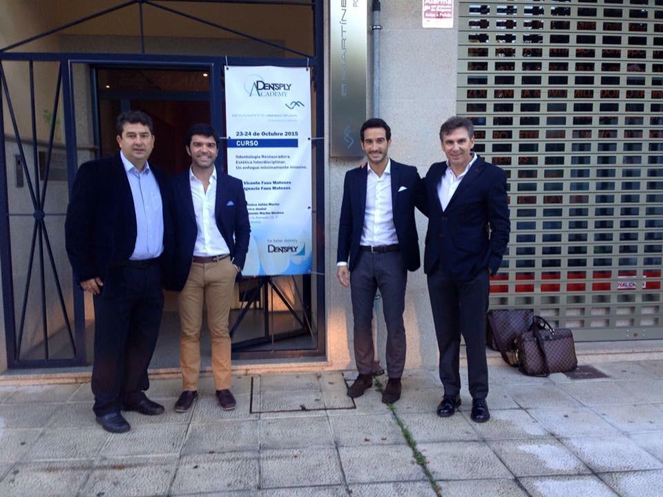 El Dr. Martín-Biedma junto a los Dres. Faus y el Sr. Ramón Rodriguez, representante de Dentsply para Galicia